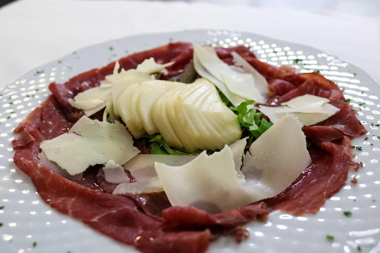 carne-salada-con-ventaglio-di-pera-e-scaglie-di-grana-(1)